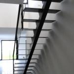 escalier droit limon central - marches tôle plane
