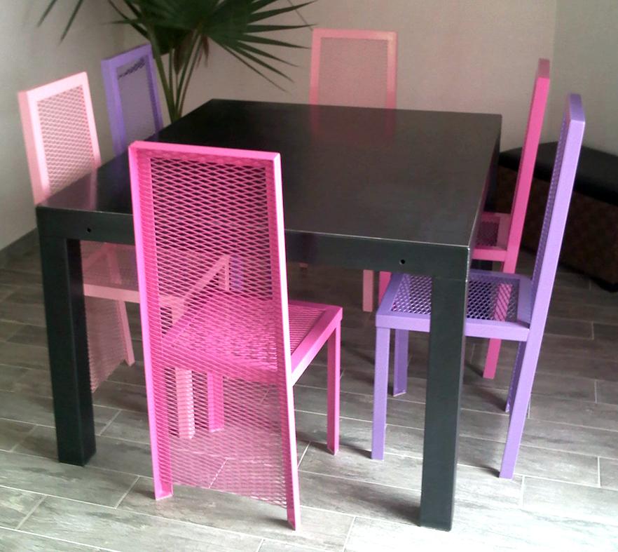 salle à manger avec table en acier brut et chaises en métal déployé thermolaqué