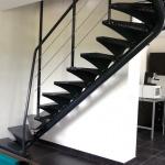 escalier 2/4 tournant - limon central - marches tôle gaufrée