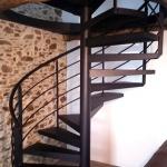 escalier hélicoïdal avec marches en tôle plane