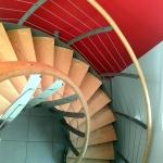 escalier circulaire - marches et main courante bois - garde-corps cables inox